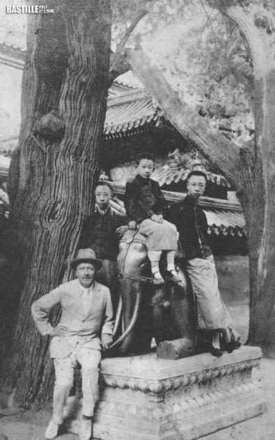 (左起) 在御花園的莊士敦、溥傑、潤麒、溥儀 (網上圖片)