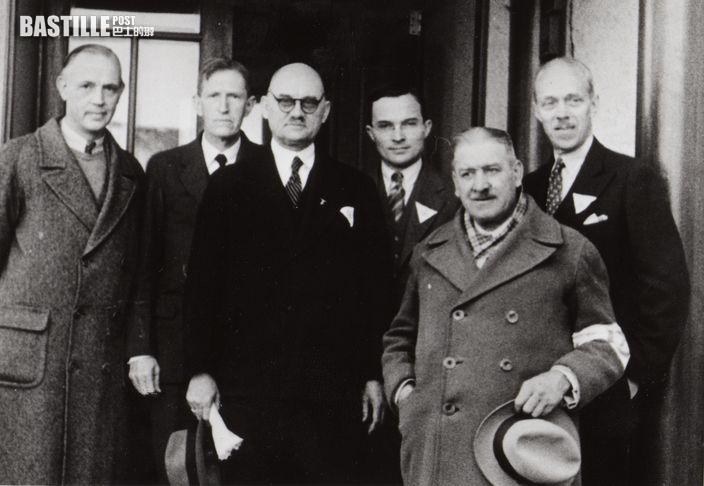 安全區歐美委員合照(15/12/1937),左三為拉貝,右一為費奇 (美國耶魯大學圖書館資料庫圖片)