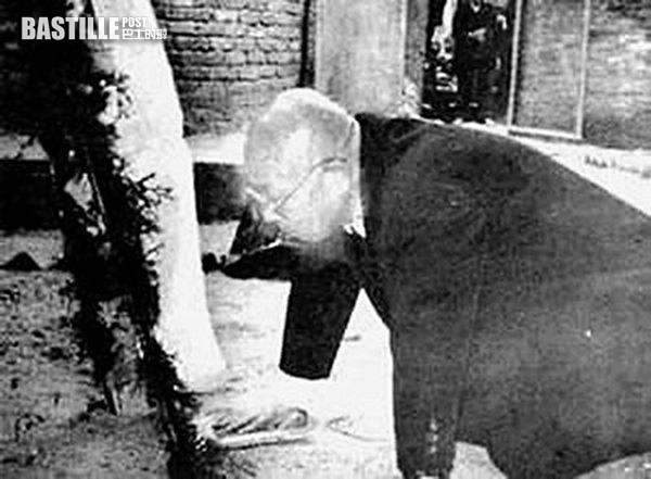 1995年,丸山茂回到廣州,在「粵港難民墓」前懺悔 (網上圖片)