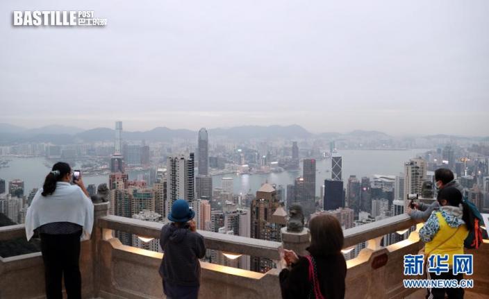 在太平山頂,香港市民拍照留念(12月15日拍攝)。新華社記者 李鋼 攝