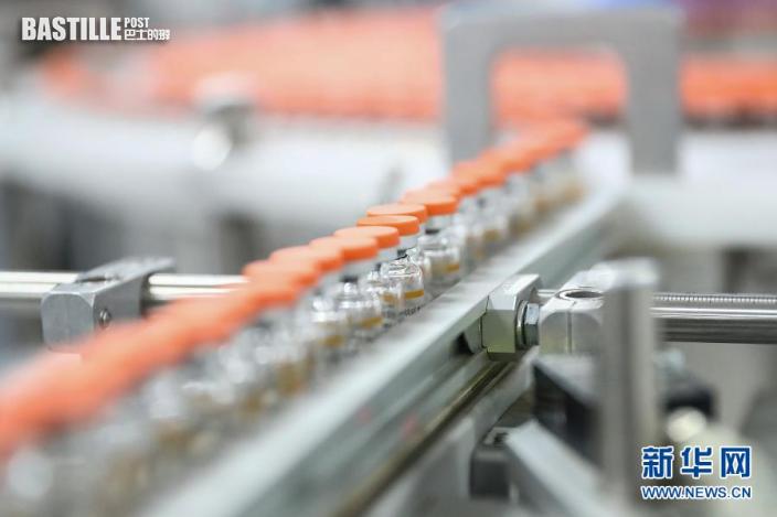1月6日在科興中維新冠疫苗包裝車間內拍攝的待包裝的西林瓶裝疫苗。新華社記者 張玉薇 攝
