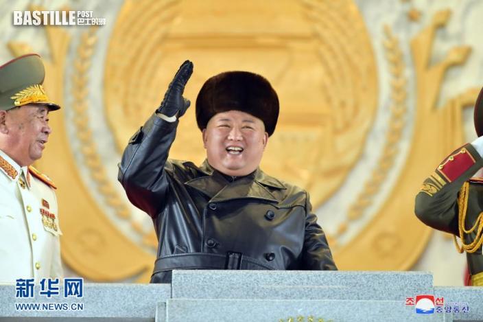 這張朝中社1月15日提供的照片顯示,1月14日晚,朝鮮勞動黨總書記、國務委員會委員長、武裝力量最高司令官金正恩出席閱兵式。nn  據朝中社15日報道,紀念朝鮮勞動黨第八次代表大會閱兵式14日晚在平壤金日成廣場隆重舉行。朝鮮勞動黨總書記、國務委員會委員長、武裝力量最高司令官金正恩出席並檢閱了部隊。nn  新華社朝中社