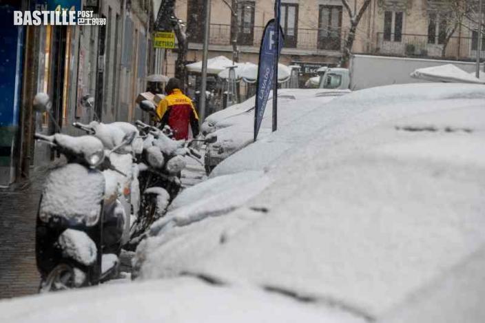 西班牙暴風雪海陸空交通癱瘓 出動軍人打通道路