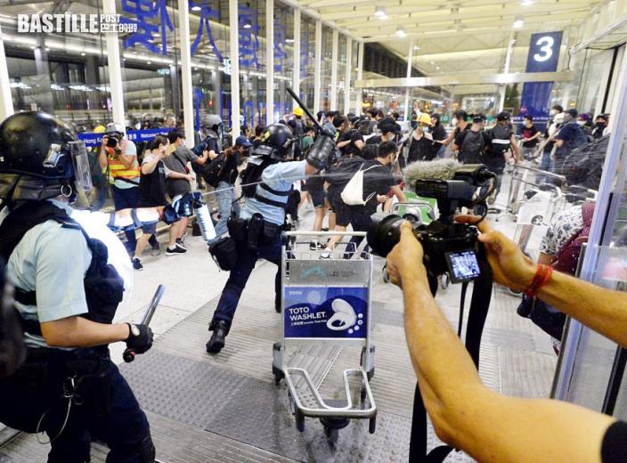 警員機場受襲拔槍示警 社區主任及港鐵維修員認暴動罪
