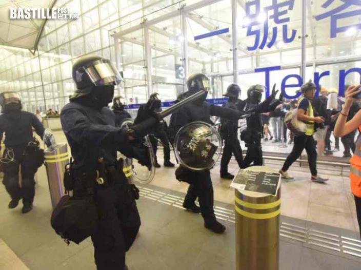 【機場和你飛】廚師清潔工涉非法集結 拔槍警指甫入大樓即被搶走圓盾敲頭盔