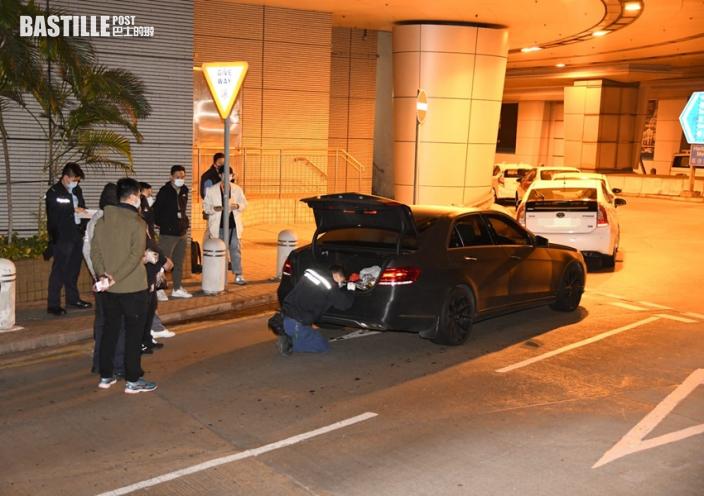 法拉利被尾隨夾擊 警截車擎槍拘兩男