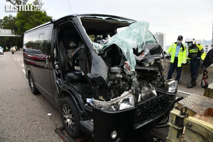 東廊走廊貨Van撼密斗貨車尾 司機被困消防救出送院