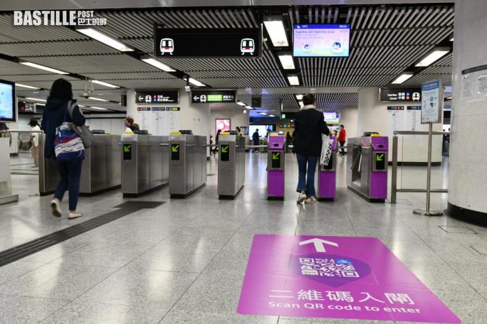 乘客今起可掃碼搭港鐵 站內貼顯眼紫色標示