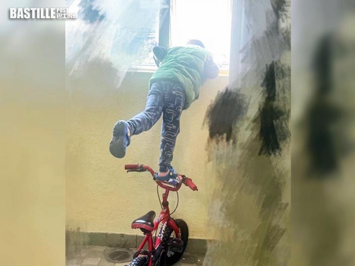 【Juicy叮】男童踩在單車上探半身出窗 網民:張相差啲成為遺照