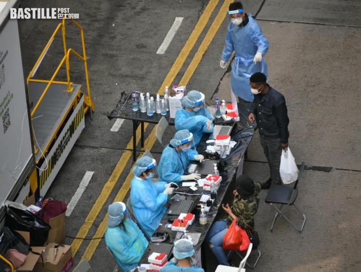 【爆疫一周年】封鎖區檢測後發手帶識別 居民獲發杯麵罐頭