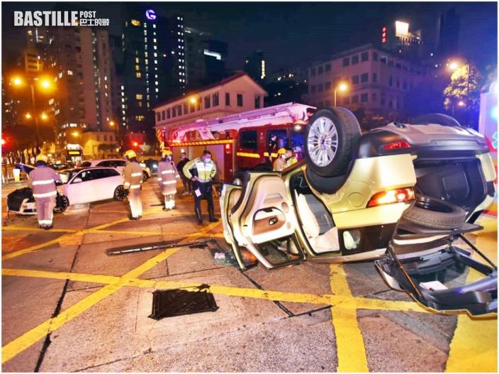 紅磡兩私家車猛撼 一車反肚女司機被困