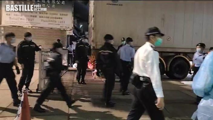 大批警員晚上到碧街和東安街拉起封鎖綫 有居民放工無法回家