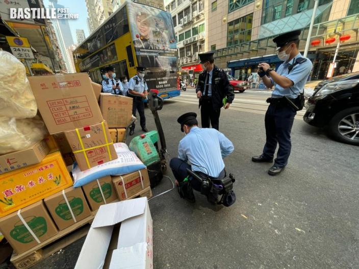警方聯同食環署打擊海味街街道阻塞 發333張牛肉乾拖走4車