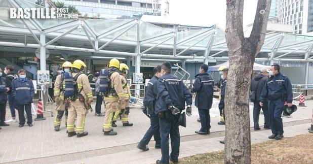 大學站中大入口對開有圍欄被推倒,有人灑不明粉末,警方及消防到場處理。(中大學生會Telegram圖片)
