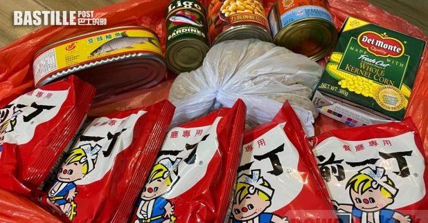 本台記者獲發的物資袋,有5包即食麵、一袋通心粉、3罐罐頭及一盒粟米粒,而賓館未有罐頭刀及煮食工具提供。(本台記者攝)