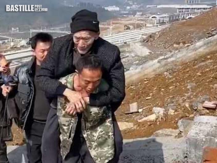 三兄弟為完成爸爸心願 輪流背著89歲父走兩公里
