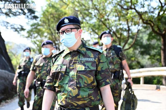 鄧炳強年初三赴3地巡邏 與市民拍照留念