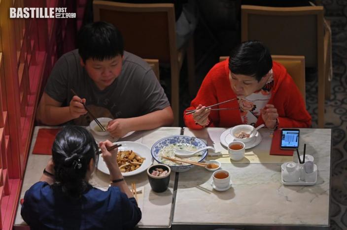 晚市食客稱期待已久 部分人寧手寫資料不信任「安心出行」
