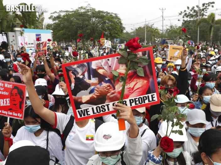 仰光示威者設臨時紀念館 悼念中彈後重傷不治的少女