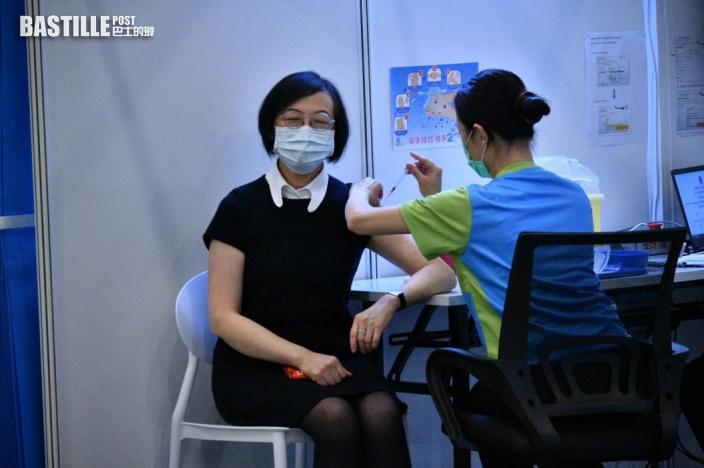 【全港第一針】林鄭穿飛龍短袖上衣 率司局長接種科興疫苗