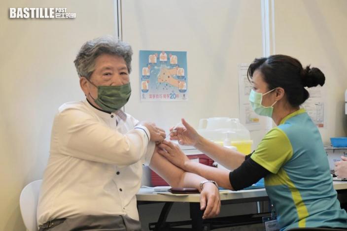 行會成員及立法會議員接種科興疫苗 張國鈞向傳媒舉母指