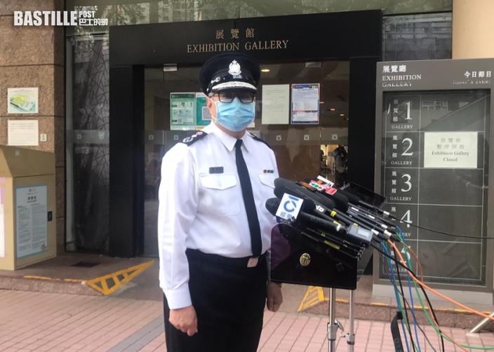 鄧炳強及紀律部隊官員下午到社區疫苗接種中心打針