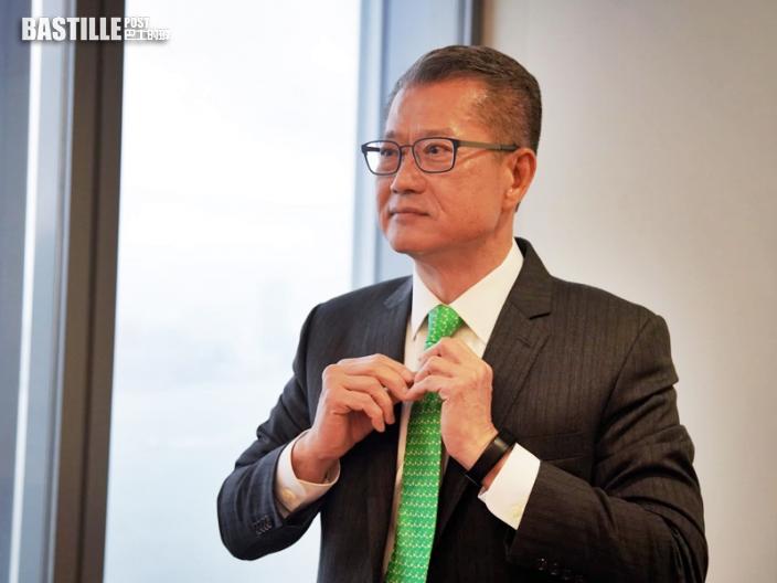 陳茂波將宣讀預算案 結綠領帶指已整裝待發