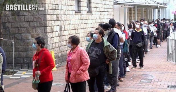 有市民認為排隊輪候檢測的社交距離不足,憂慮有一定風險。(郭志強攝)