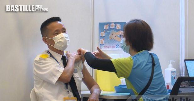 政府安排約200名屬優先接種組別的人士到中央圖書館接種疫苗。