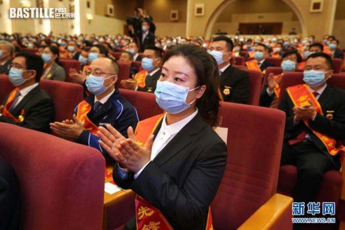 4月27日,與會代表出席大會時鼓掌。nn  當日,2021年慶祝「五一」國際勞動節暨「建功『十四五』、奮進新征程」主題勞動和技能競賽動員大會在北京人民大會堂舉行,會上表彰了2021年全國五一勞動獎和全國工人先鋒號獲得者。nn  新華社記者 才揚 攝