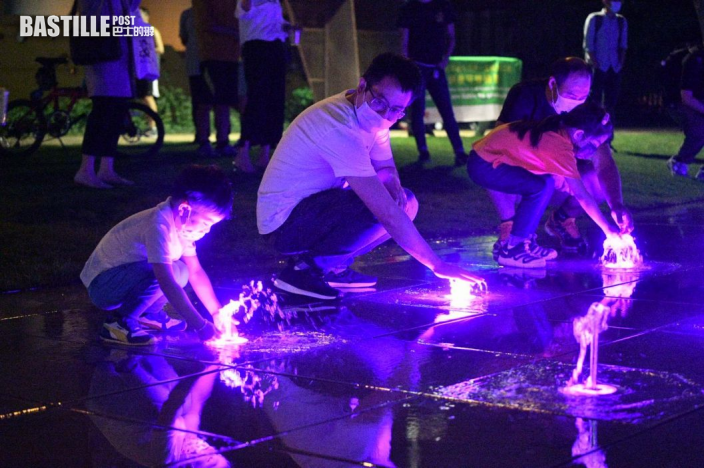 觀塘音樂噴泉首次晚間表演 有小孩到場嬉水玩樂
