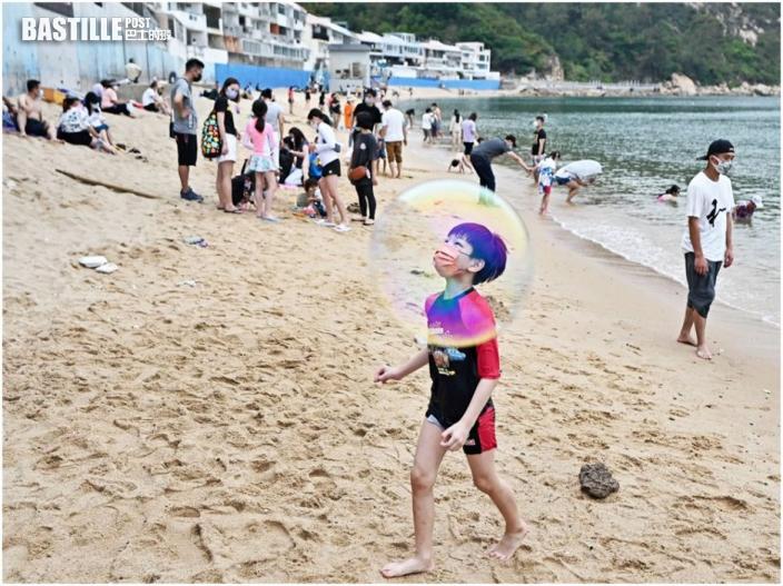市民趁長假湧泳灘 康文署提醒遵守防疫規例