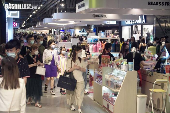 【長假第三天】尖沙嘴等商場人流增多 中午食肆外顧客等位