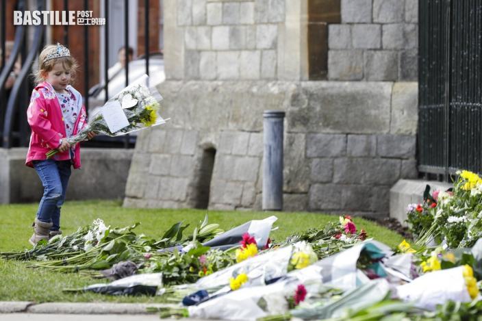 【皇夫逝世】白金漢宮及英國政府下半旗 民眾痛哭不捨獻花致哀