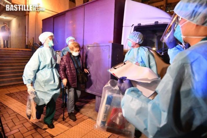 愛暉樓09室居民收拾行李 登上專車前往檢疫中心