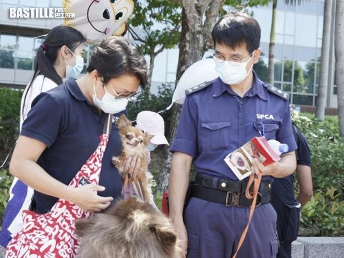 警白石角派宣傳單張 警犬現身宣揚防止殘酷對待動物