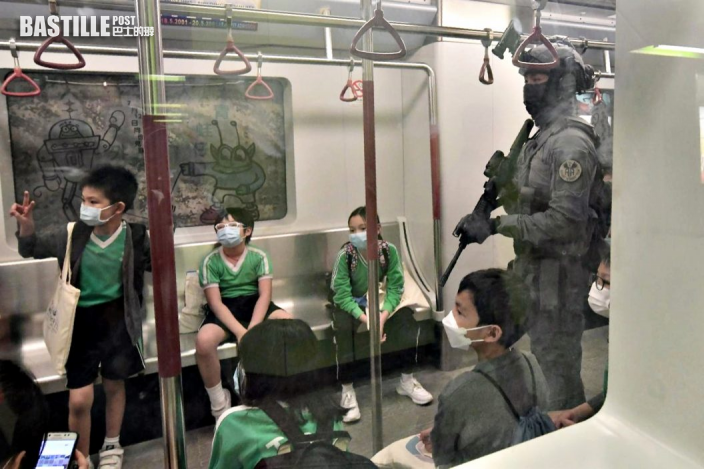 小朋友手持盾牌警棍興奮拍照 警員模擬列車上向學生講解