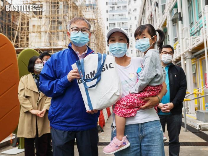 創科局副局長訪南昌街過渡房屋 為公共空間進行塗層噴灑
