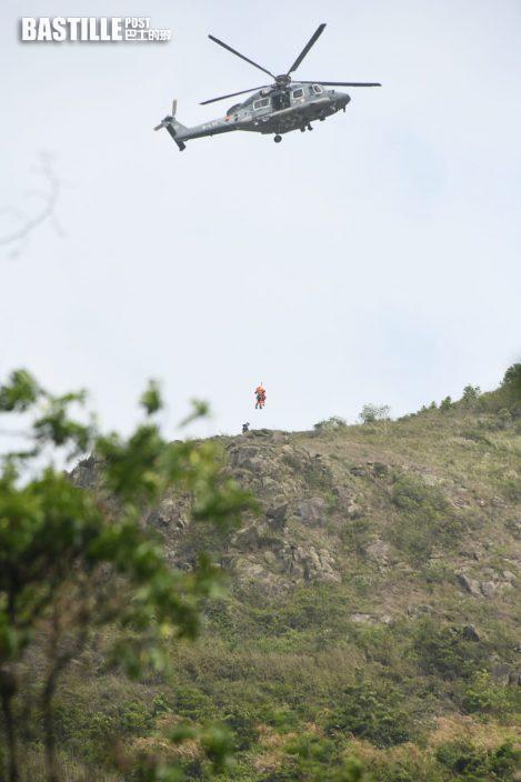 【行山失蹤】通宵搜索早上疑有發現 消防直升機游繩登飛鵝山