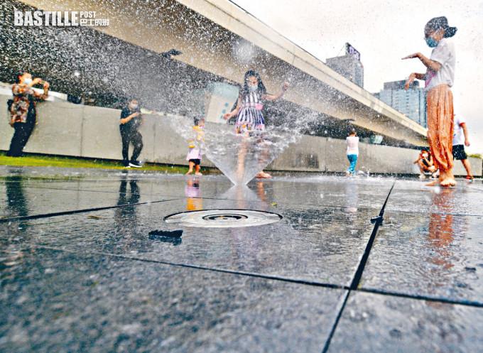 「東方昇」觀塘海濱音樂噴泉沖涼 康文署:疑受梘液影響湧大量泡沫須關閉