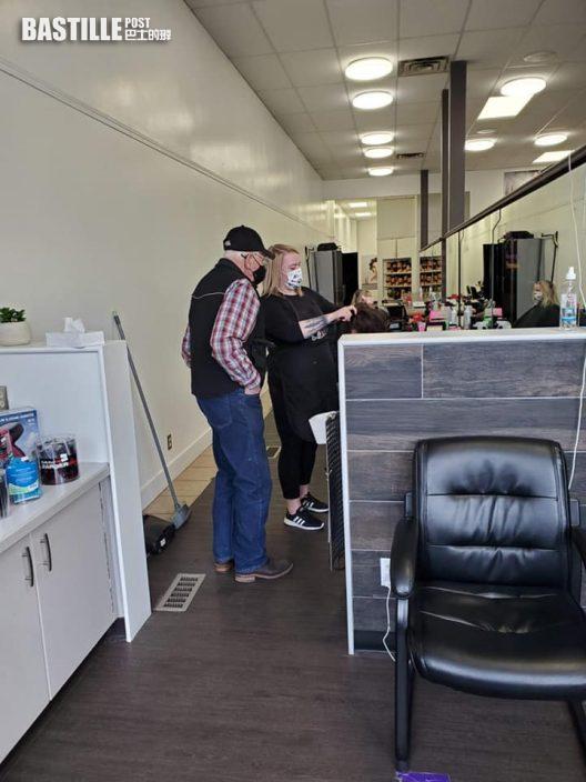 加國伯伯為愛妻親到髮廊學捲髮 網民:這是真愛!