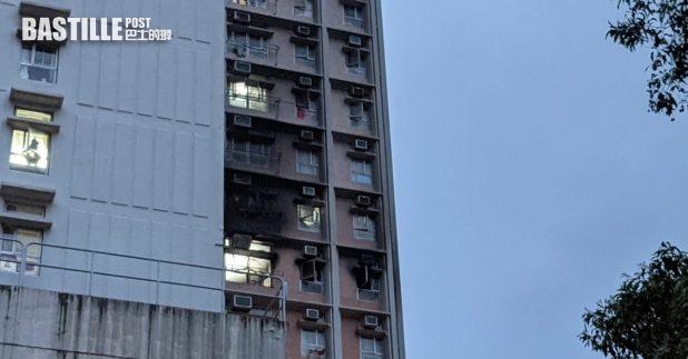 寶達邨達喜樓5樓一個單位起火,火警造成4人死亡,起火單位外牆燻黑。(黃憶文攝)