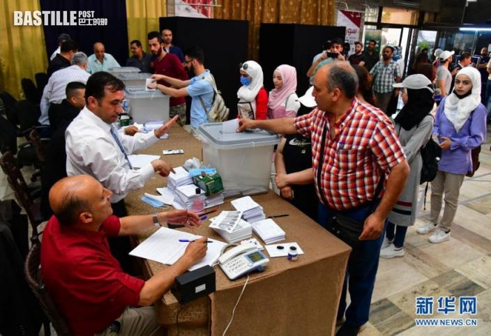5月26日,選民在敘利亞大馬士革一處投票站投票。nn  敘利亞26日舉行總統選舉,包括現任總統巴沙爾·阿薩德在內共3名候選人角逐下任總統職位。nn  新華社發(阿馬爾·薩法爾賈拉尼 攝)