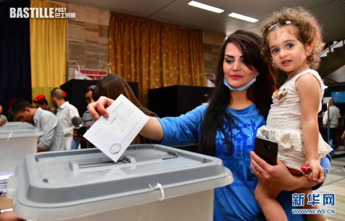 5月26日,一名懷抱孩子的選民在敘利亞大馬士革一處投票站投票。nn  敘利亞26日舉行總統選舉,包括現任總統巴沙爾·阿薩德在內共3名候選人角逐下任總統職位。nn  新華社發(阿馬爾·薩法爾賈拉尼 攝)