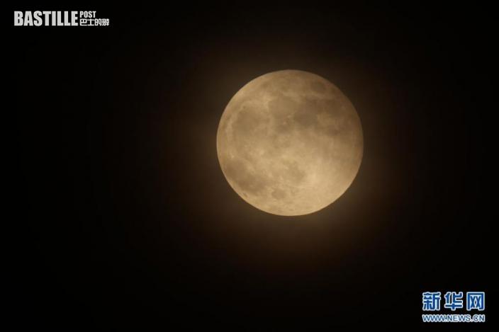 這是5月26日在北京宣武門附近拍攝的月亮。
