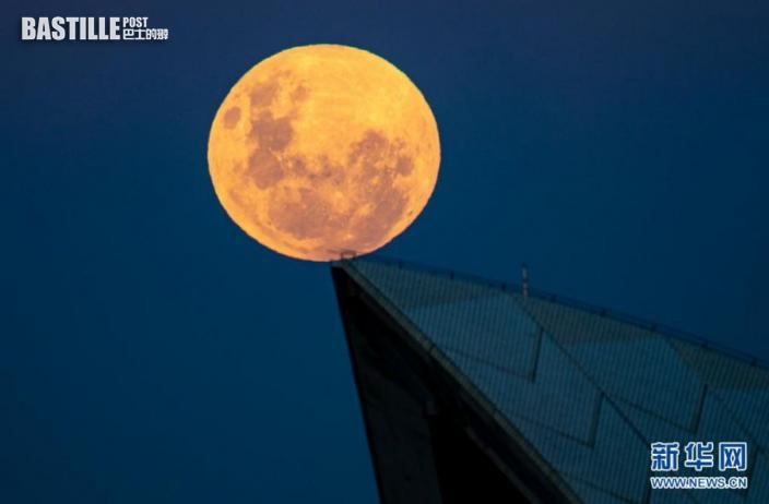 這是5月26日拍攝的澳大利亞悉尼歌劇院一角和剛剛升起的「超級月亮」。