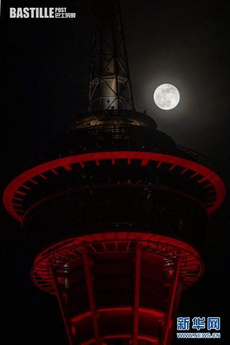 5月26日拍攝的澳門旅遊塔和月亮。