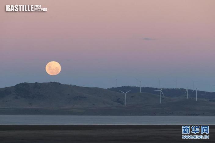 這是5月26日在澳大利亞坎培拉附近拍攝的「超級月亮」。