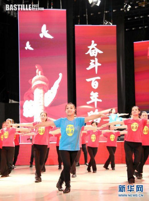 5月29日,香港市民在表演節目。新華社記者 吳曉初 攝