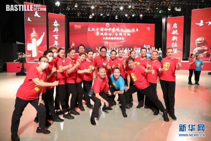 5月29日,香港市民表演節目後合影留念。新華社記者 吳曉初 攝